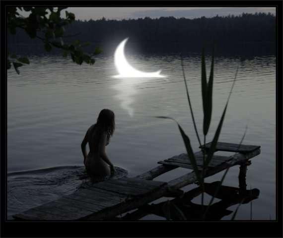 девушка купается в ночном озере