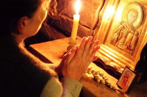 молится девушка