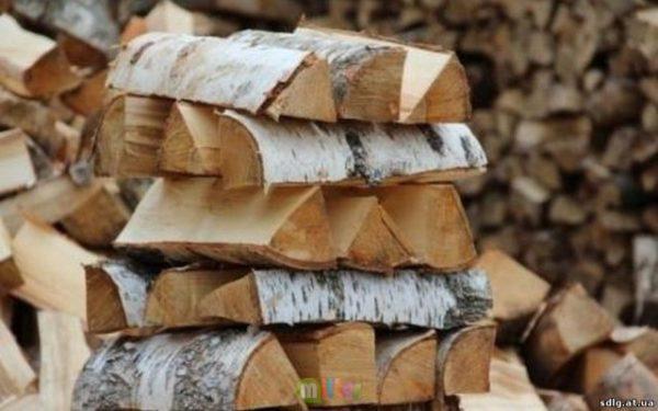 дрова во дворе