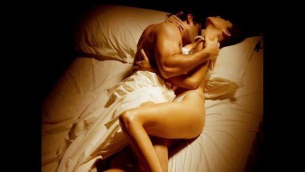 сексуальная поза на кровати