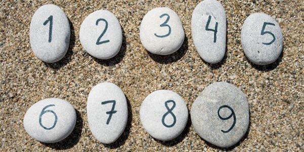 камни с цифрами