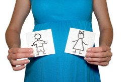 Беременная женщина держит рисунки