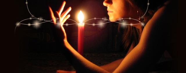 при свете свечи