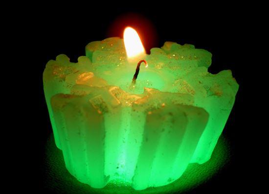 горящая зеленая свеча