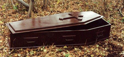 гроб на кладбище