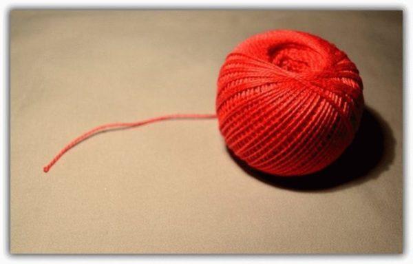 Красная ниточка на запястье молитва