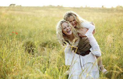девушка с дочкой в поле