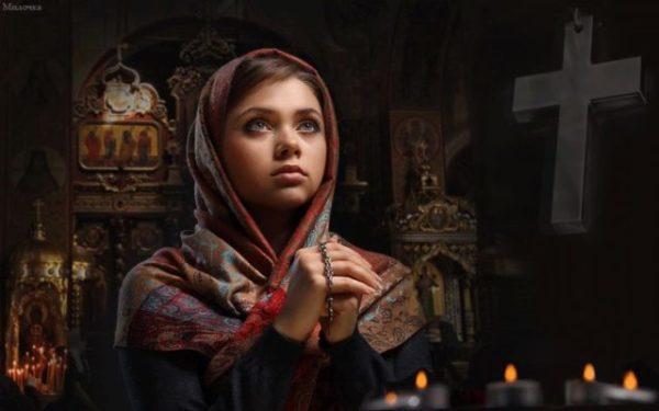 молящаяся девушка