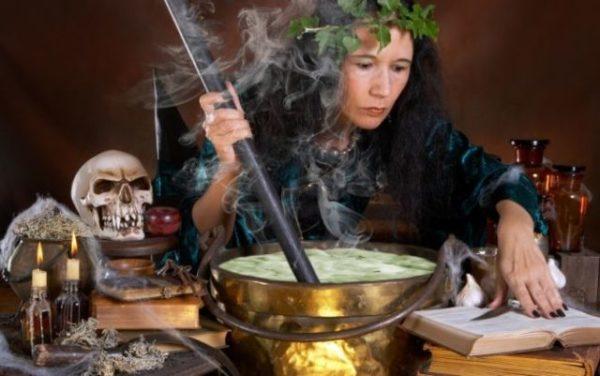 ведьма делает порчу