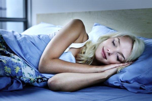 спит в кровате