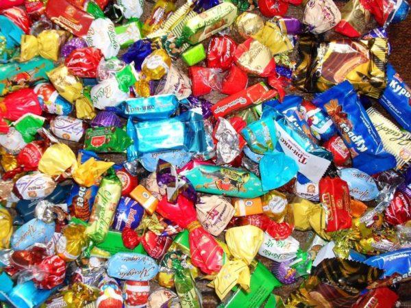 куча конфет шоколадных