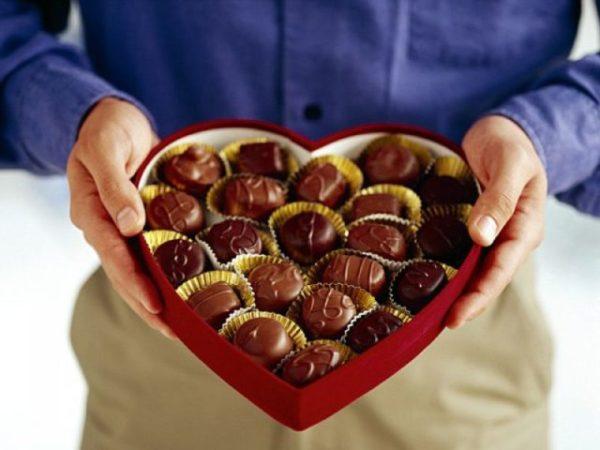 дарить коробку конфет