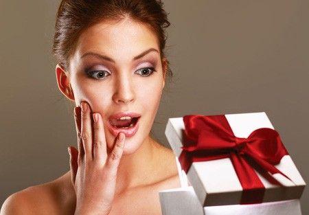 девушка получает подарок
