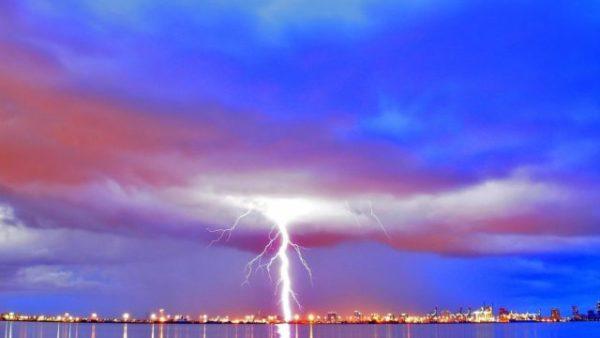 могучая молния во сне